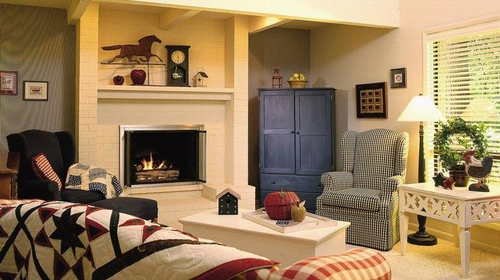 Скромная гостиная в стиле кантри для любителей домашнего уюта.
