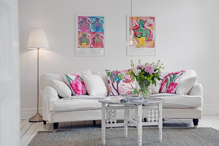 Яркие картины стильно смотрятся в интерьере. Стиль эклектика интересен преимущественно людям с творческим складом ума.
