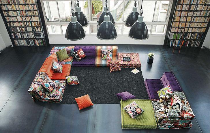 Яркая палитра составной модульной мягкой мебели для просторной гостиной в стиле лофт.