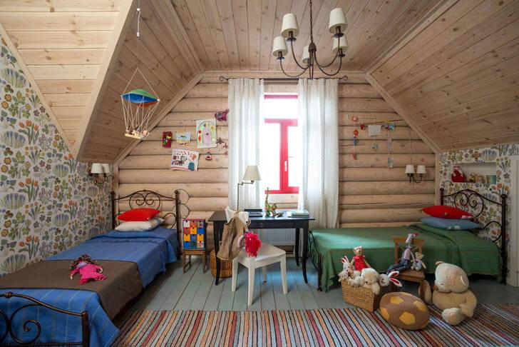 Детская спальня в стиле кантри на мансардном этаже. Деревянный потолок и стена с большим окном идеально дополняют кантри стиль.
