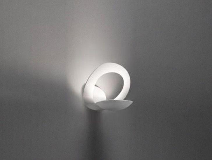 Лаконичный дизайн настенного бра найдет свое применение в оформлении гостиной или прихожей.