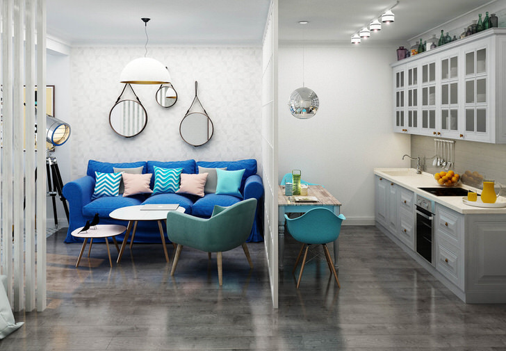 Темно-синий диван контрастно смотрится на фоне светлой отделки. Пример удачного оформления небольшой однокомнатной квартиры.