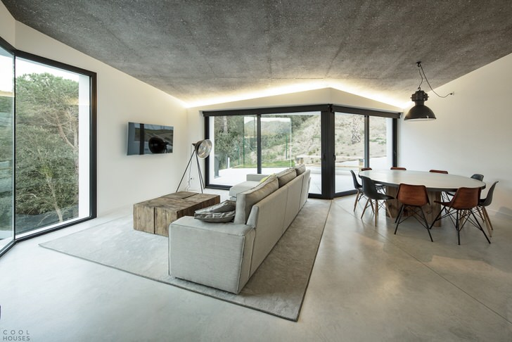 Стиль современный модерн в лучшем своем проявлении. Светло-серый и белый цвет гармонично перекликаются между собой. Классическое цветовое решение для оформления просторной гостиной.