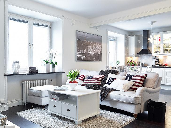 Уютная квартира-студия в скандинавском стиле оформлена преимущественно в белом цвете. Окна без занавесок пропускают достаточное количество дневного света в комнату.