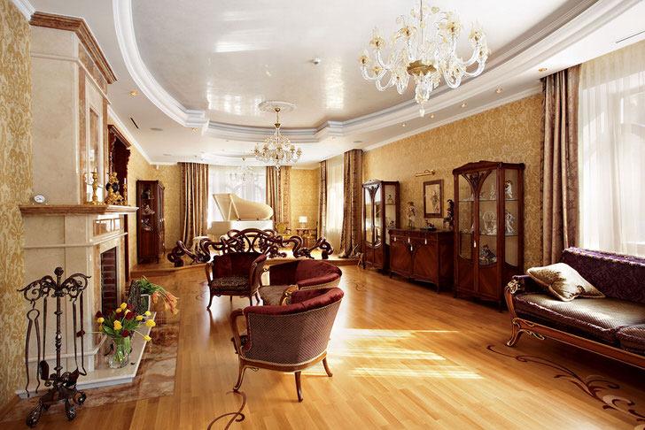 Пример правильно подобранной мебели для гостиной в английском стиле. Плавные линии, яркая, контрастная обивка, резные деревянные ножки - черты благородного английского стиля.