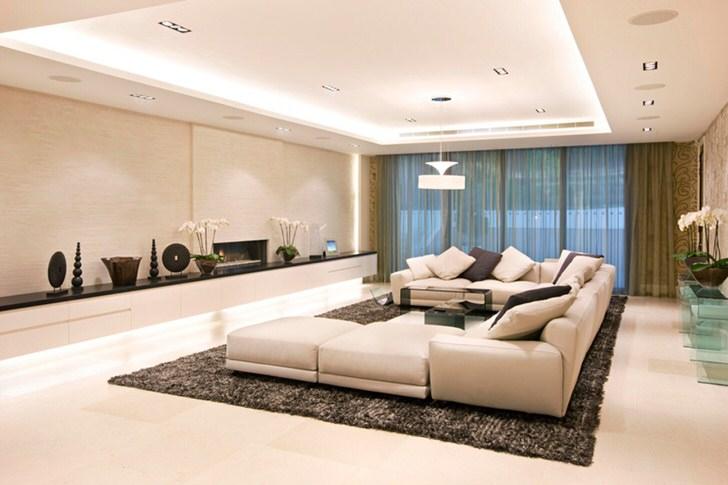 Дизайнерская идея подразумевает под собой использование трех различных источников освещения - точечное освещение, светодиодная лента, потолочная люстра.