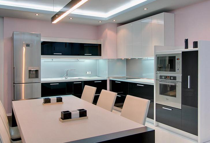Бело-черная кухня с встроенной техникой - правильный дизайнерский проект для небольшого помещения.