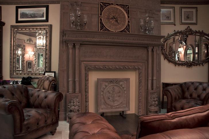 Гостевая комната в английском стиле. Эксклюзивная дизайнерская идея заключается в использовании для оформления тяжелой кожаной мебели и декоративного камина. Совокупность всех элементов окунает созерцателя во времена средневековой эпохи.