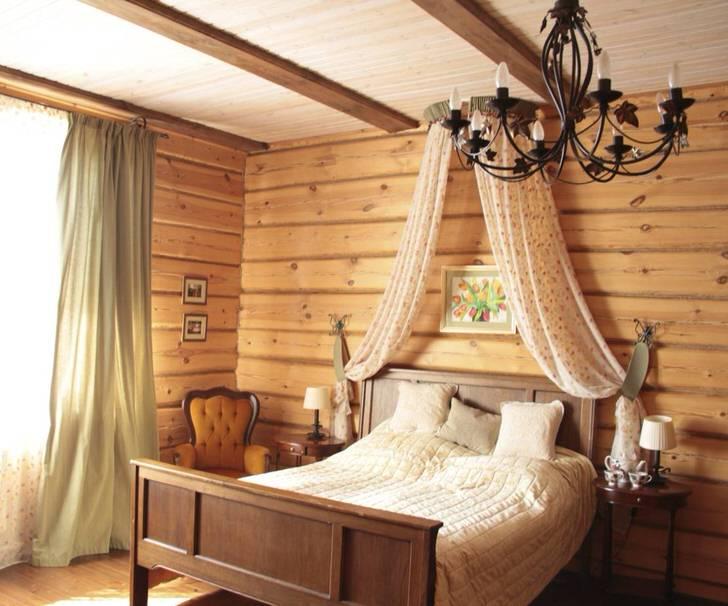 Балдахин над кроватью в спальне в деревенском стиле.