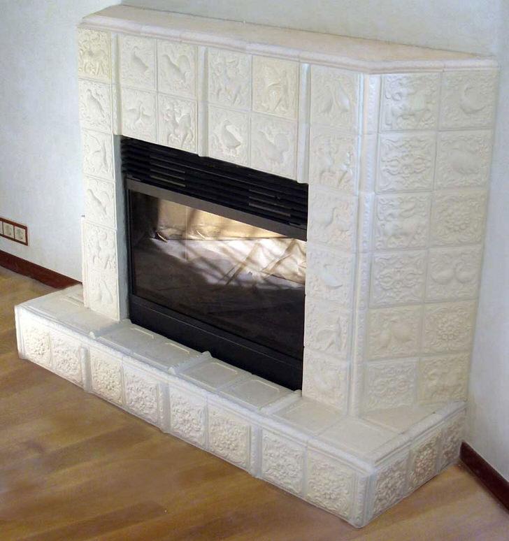 Каким бы не был дизайн дома, изразцовый камин внесет свою весомую лепту в оформление. Современное устройство подходит для искусного оформления гостиной, спальни или кухни.