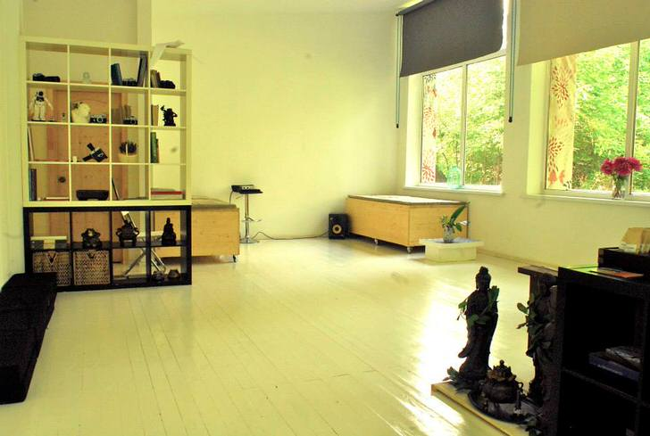 Стиль лофт подразумевает под собой отличную освещенность помещения. Большие окна кабинета пропускают достаточное количество дневного света.