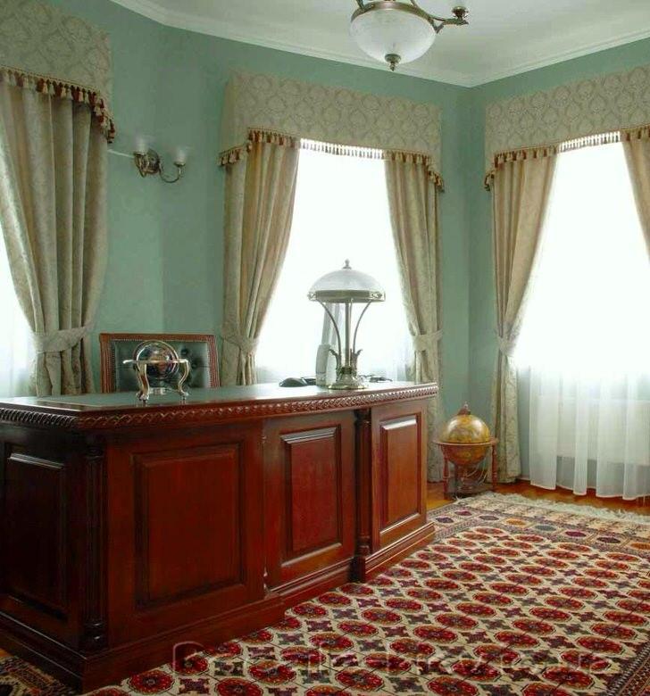 Рабочий кабинет оформлен в классическом стиле. Ламбрекены на окнах придают атмосфере большей солидности и официальности.
