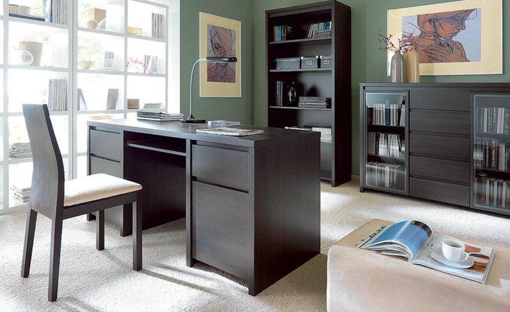 Изысканный рабочий кабинет выгодно оформлен с помощью корпусной мебели. Правильно подобранные оттенки мебели гармонично смотрятся в общей картине интерьера.