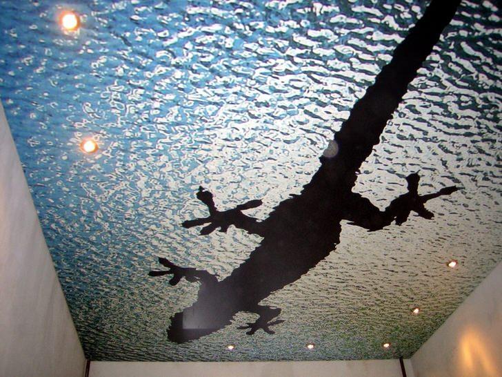 Натяжные потолки с фотопечатью имитируют водную поверхность. Одноярусные потолки оснащены точечные светодиодным освещением.
