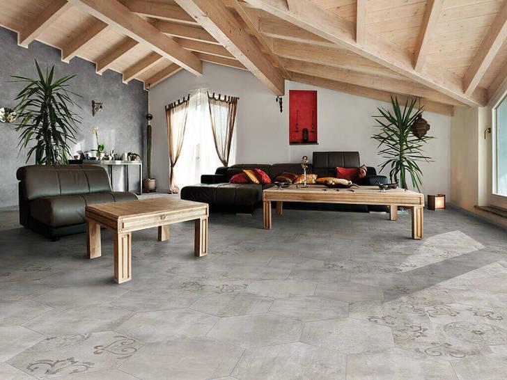Покрытие полов и стен имитирует черновую отделку. Потолки из дерева объединяются в общую композицию с мебелью. Удачная вариация лофт стиля в гостиной.