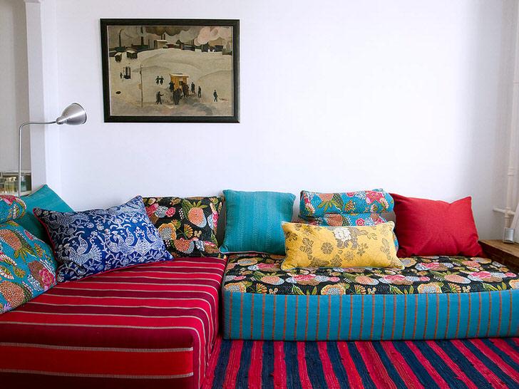 Разноцветная палитра модульной мягкой мебели. В такой комнате детям захочется озорничать.