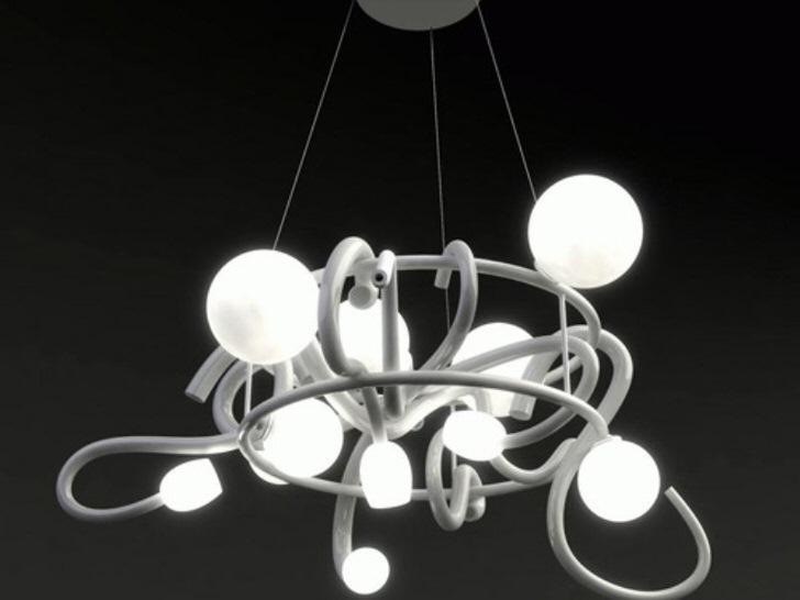 Потолочная люстра из металла дает максимум освещения для небольшой комнаты. При помощи фантазии данный тип освещения можно объединить с дополнительными элементами.