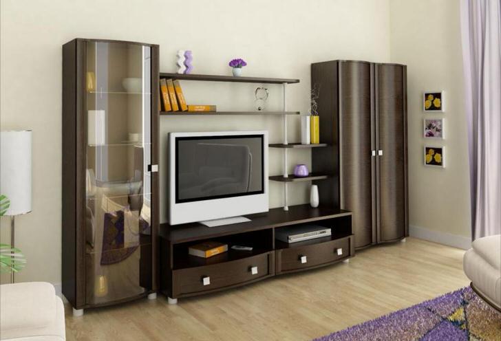 Современные модульные стенки для гостиной преимущественно оснащаются большим числом полочек. В центре стенки предусмотрено место под телевизор.