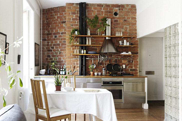 Очень светлая кухня в лофт стиле, который против зановесок на окнах. В комнату поступает достаточное количество естественного света.