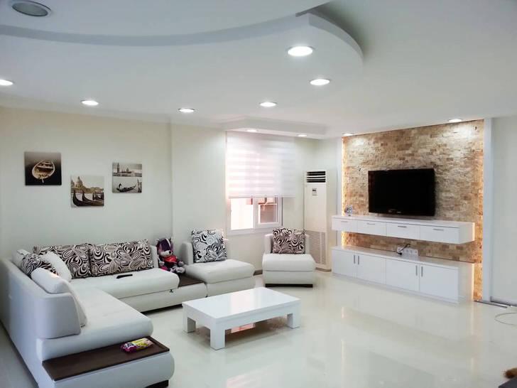 Просторная комната в стиле модерн с достаточным количеством искусственного света.