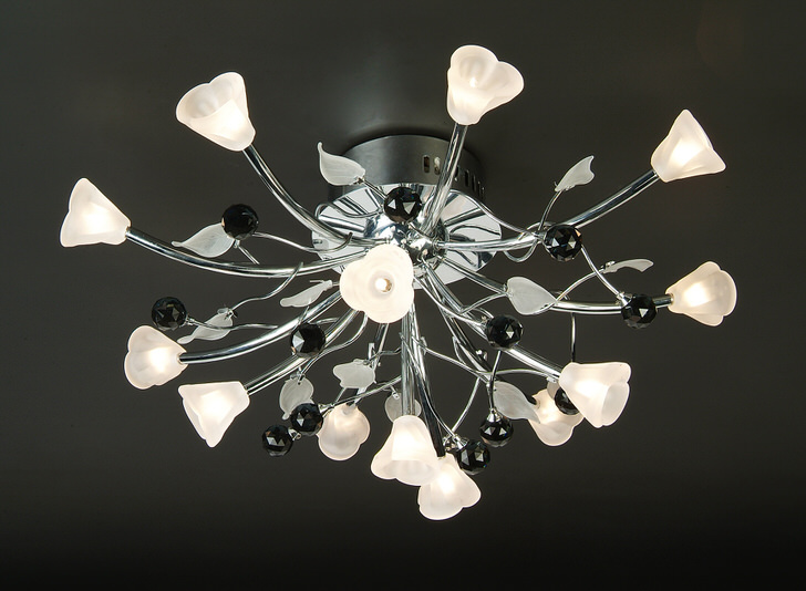 Цветочные мотивы в оформлении потолочных люстр. Четко отслеживается стиль хай-тек, хромированный металл изящно сочетается с матовым белым стеклом.