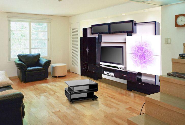 Стильная модульная стенка с аппликацией из нежно-розовых цветов.