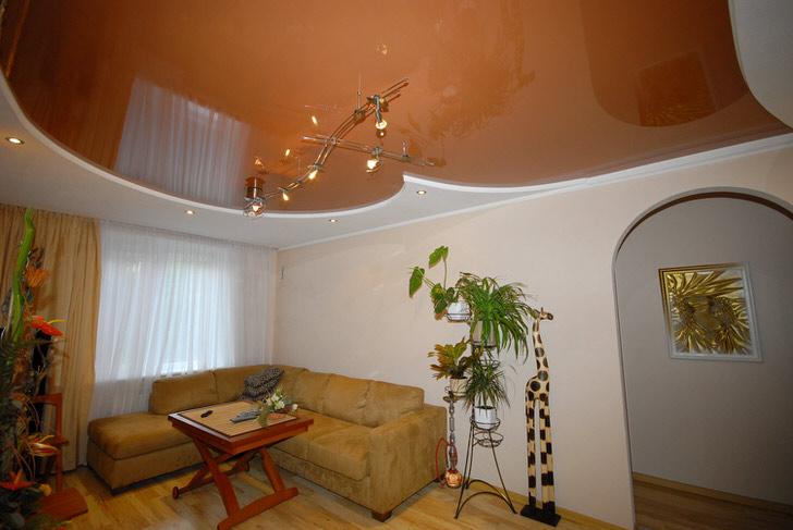 Скромный и незамысловатый дизайн натяжного потолка отлично смотрится в интерьере комнаты для гостей.