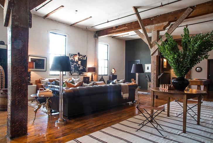 Творческая атмосфере царит в гостиной в лофт стиле. Яркие акценты делают комнату уютной и теплой.