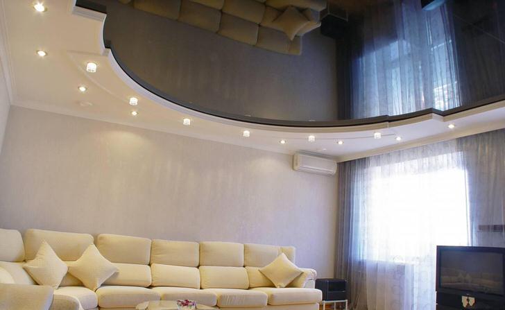Удачный вариант натяжного потолка для гостиной в стиле модерн.
