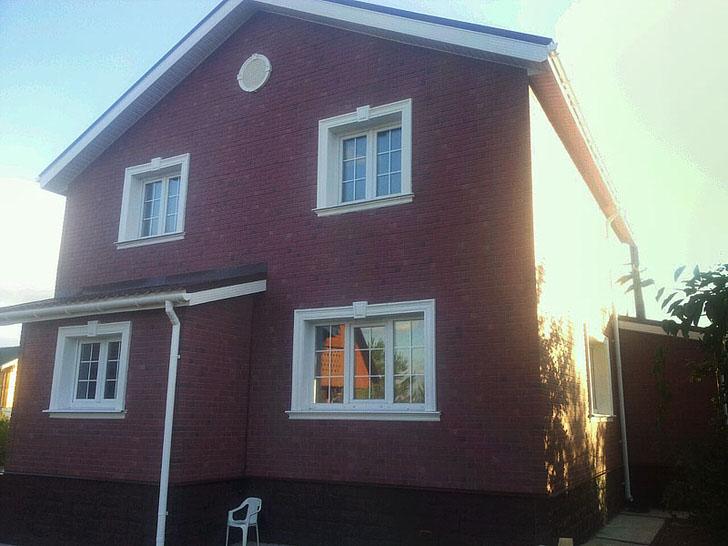 Керамическая лепнина украшает кирпичный фасад большого дома французской семьи.