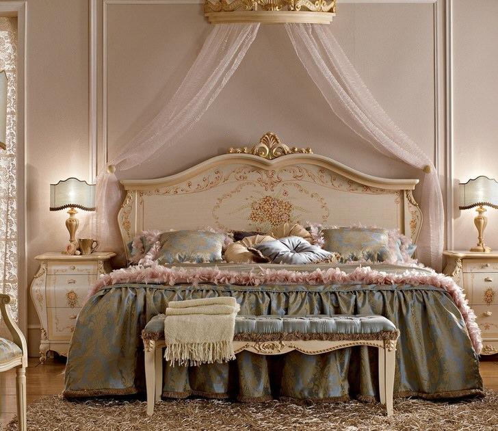 Легкий балдахин над кроватью делает атмосферу в комнате уютной и романтической.
