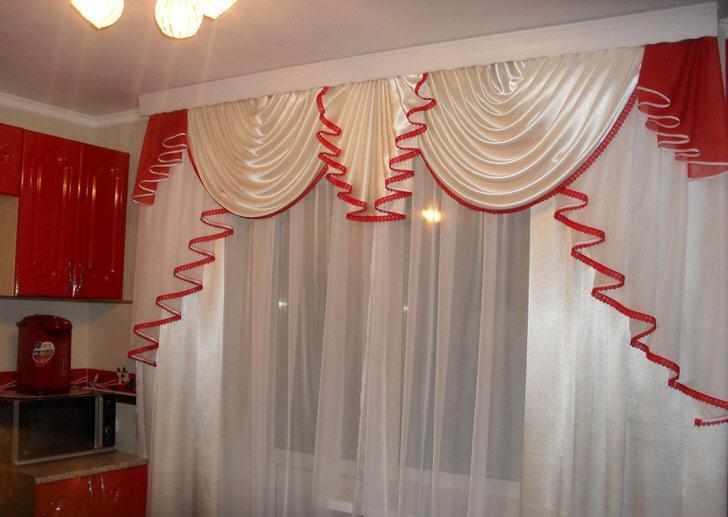 Мягкие ламбрекены на окнах интересны контрастной окантовкой благородного красного цвета.