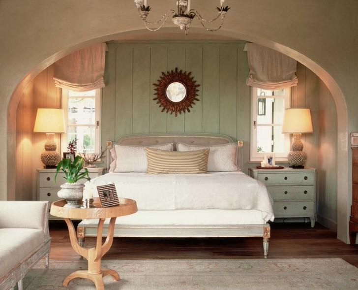 Семейная спальня в стиле кантри. Тепло домашнего очага, как нельзя лучше, подчеркивает мягкая, объемная кровать, усыпанная подушками.