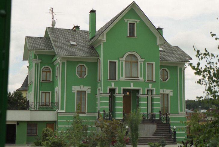Зеленые стены декорированы лепниной в соответствии с классическим стилем. Удачный вариант оформления загородного дома.