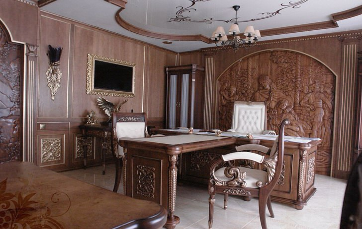 Для оформления рабочего кабинета в барокко стиле использовалась резная мебель.