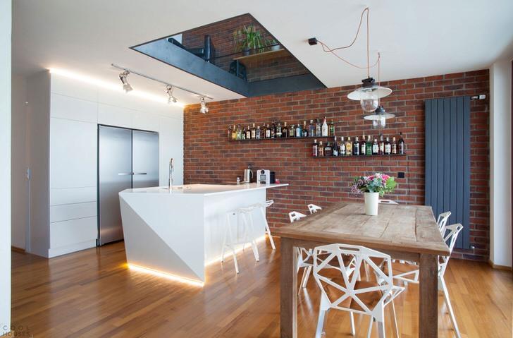 Кухня оформлена в стиле современный лофт. Интересно подобранная мебель делает интерьер ярким, эксцентричным и запоминающимся.