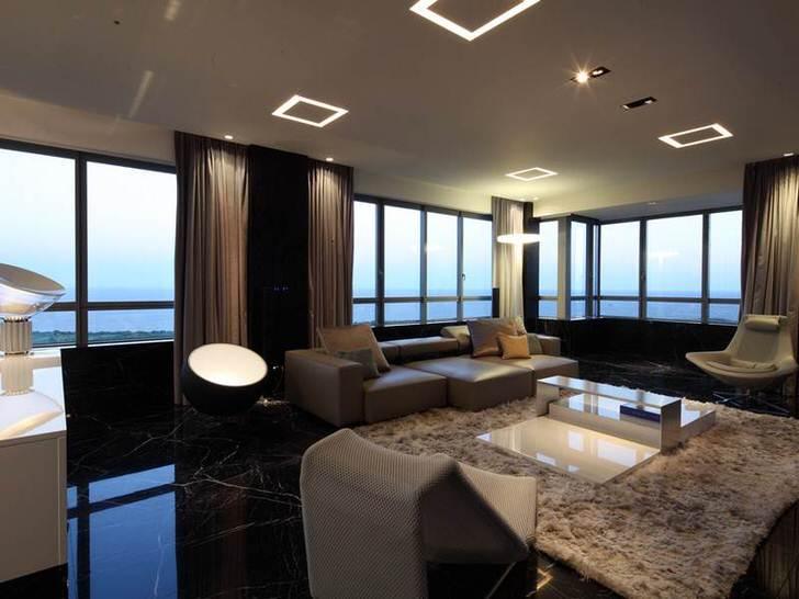 В интерьер гостиной в хай-тек стиле органично смотрится ковер с высоким ворсом.