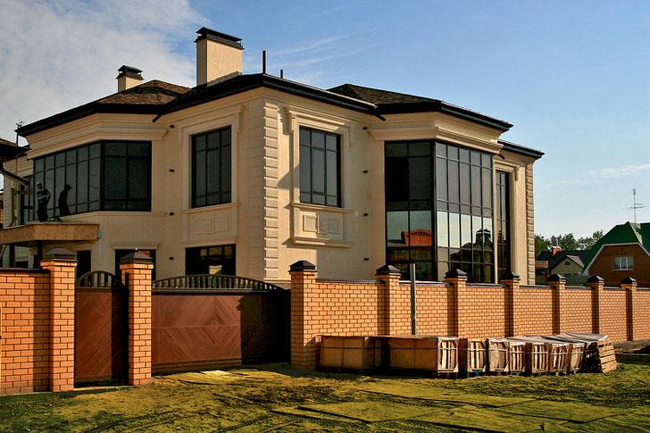 Фасад здания и гипсовая лепнина выполнены в одном тоне.
