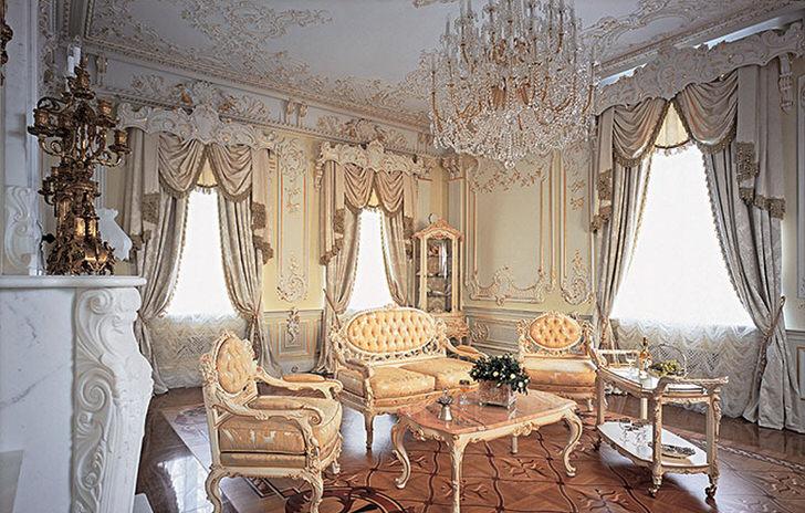 Большие окна в гостиной в барокко стиле .
