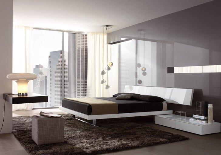 В стиле хай-тек часто используются низкие люстры. Пять люстр с лаконичными плафонами на разном уровне нависают над кроватью.