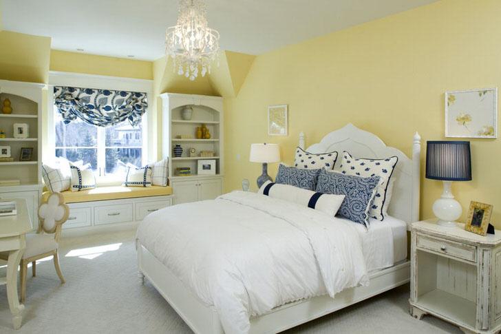 Блеклый желтый цвет отделки гармонирует с бело-голубыми элементами декора. Необычное сочетание - смелое решение для спальни в кантри стиле.