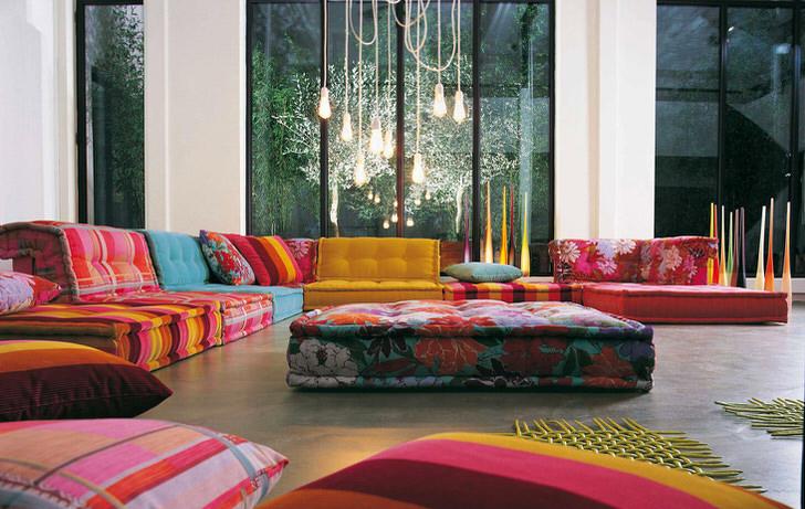 Оригинальное решение оформления просторного холла. Пёстрая мягкая мебель оживляет пространство отеля.