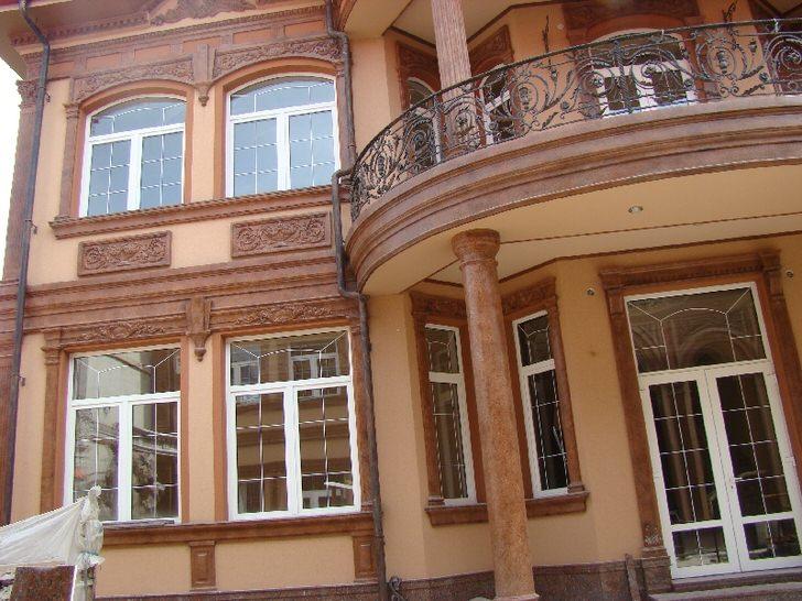 Дом в Подмосковье украшен достаточно сложной композицией из фасадной лепнины, которая подчеркивает особенности архитектуры здания.