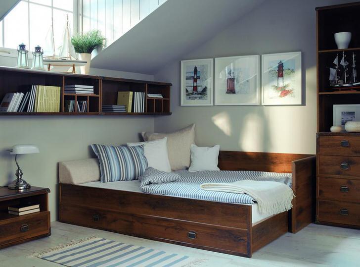 Современный кантри в спальне. Функциональная мебель из дерева не делает комнату захламленной.