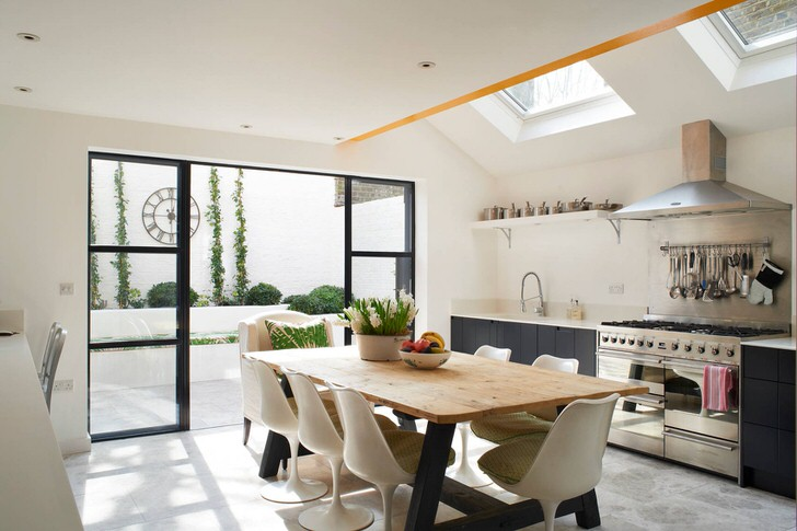 Просторная, светлая кухня в стиле эклектика с выходом на лоджию.