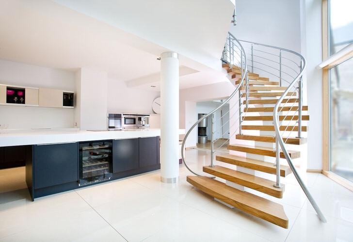 Лёгкость и простота конструкции лестницы подчёркивают лаконичность форм просторного интерьера дома.