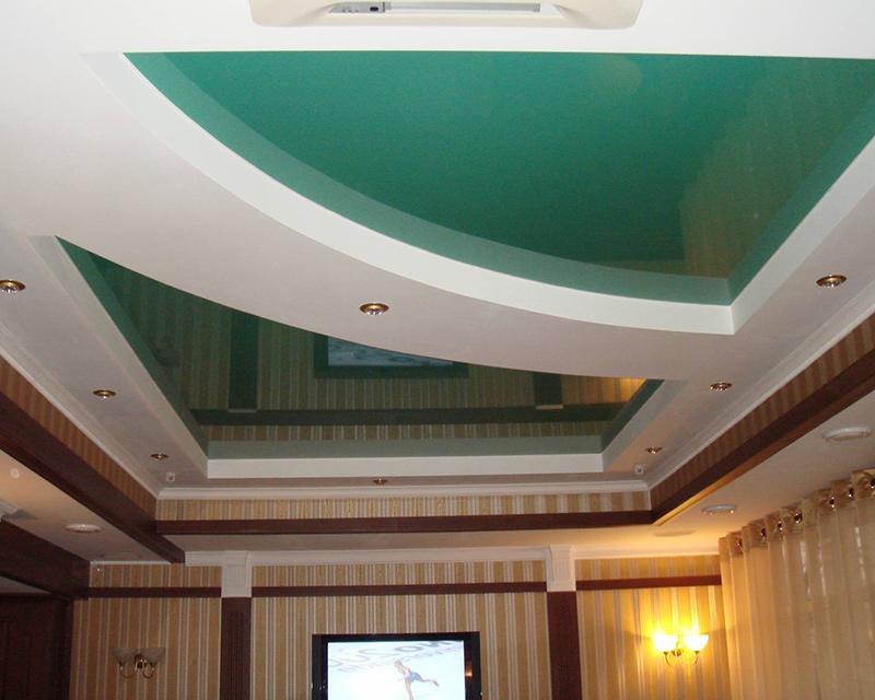 Многоярусная конструкция натяжных потолков ПВХ по контуру гипсокартонного уровня оснащена светодиодными, встроенными светильниками.