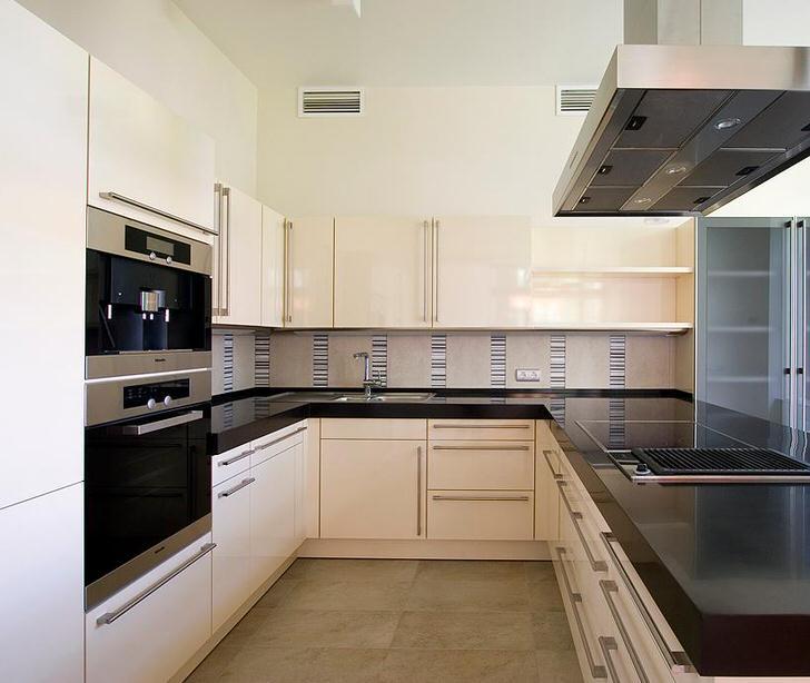 Функционально задействована вся площадь кухни. Внимание привлекает черная столешница, на которой к тому же не так заметны царапины.