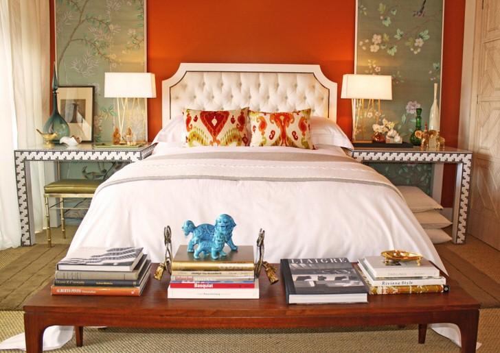 Яркий интерьер в стиле эклектика для спальни. Размеренный серый в отделке удачно сочетается с контрастным оранжевым цветом.