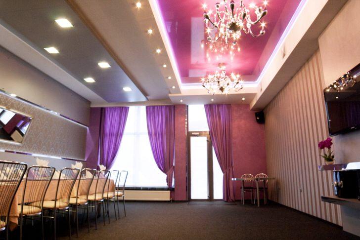 Многоярусные потолки гармонично смотрятся с роскошными люстрами из хрусталя.